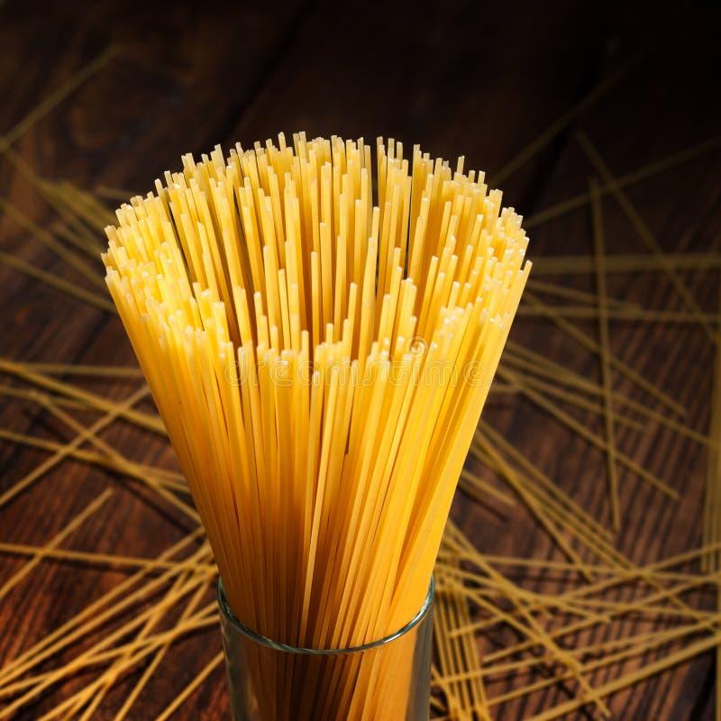 Download Italiaanse Spaghetti Op Zwarte Stock Foto - Afbeelding bestaande uit gezondheid, achtergrond: 54089792