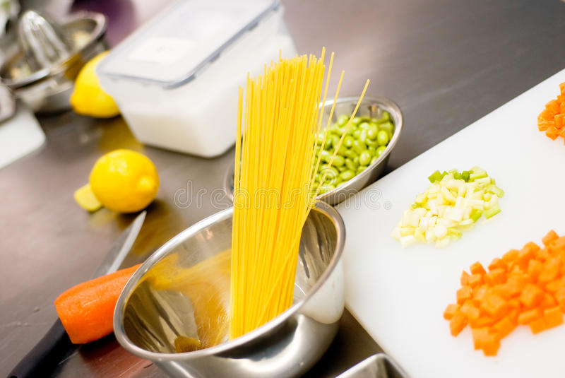 Italiaanse spaghettideegwaren op keuken royalty-vrije stock fotografie