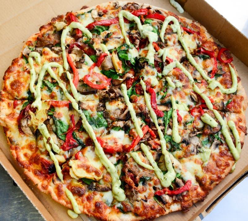 Italiaanse spinazie en paddestoelpizza stock afbeeldingen