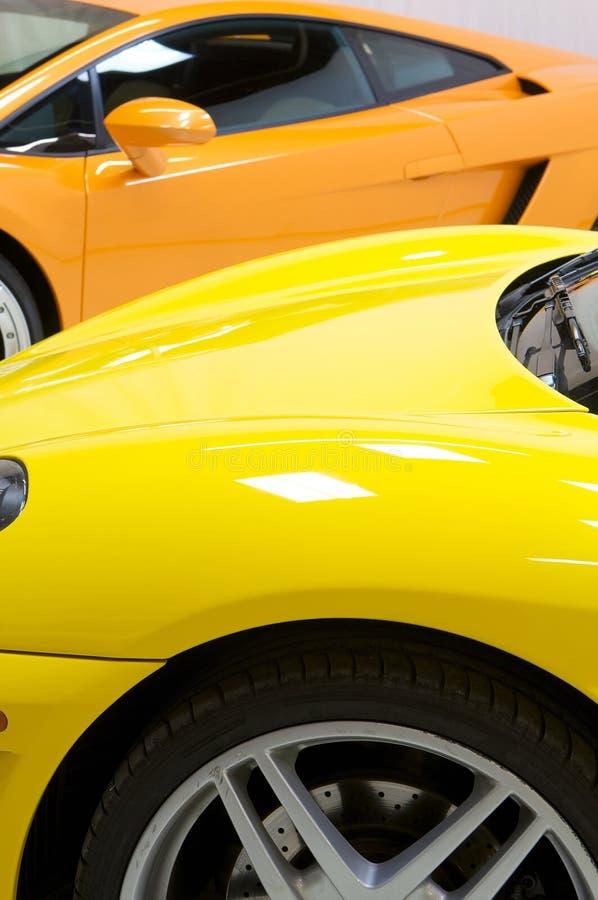 Italiaanse sportwagens in geel en oranje royalty-vrije stock afbeeldingen