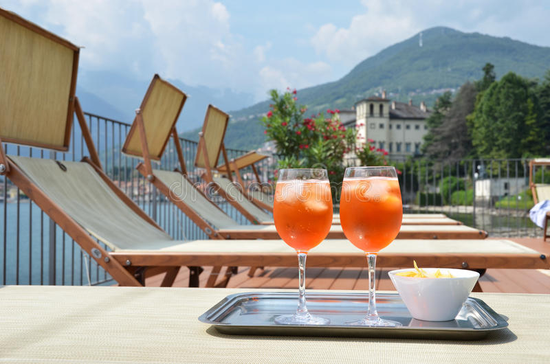 Italiaanse Spritz-cocktail tegen meer Como, Italië royalty-vrije stock foto