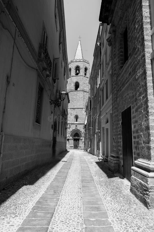 Italiaanse straat met kerk, alghero, Italië royalty-vrije stock afbeelding