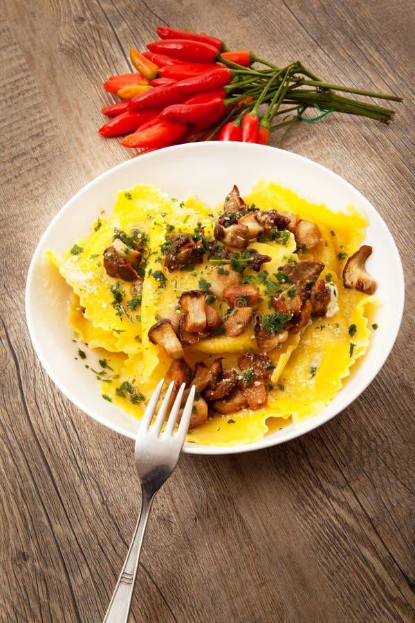 Italiaanse tortelloni met paddestoel stock afbeeldingen