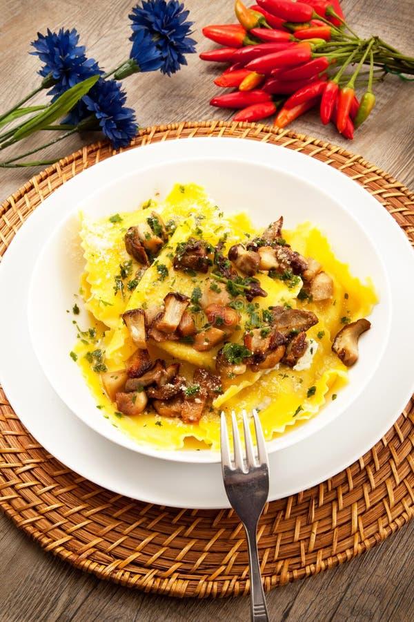 Italiaanse tortelloni met paddestoel stock afbeelding