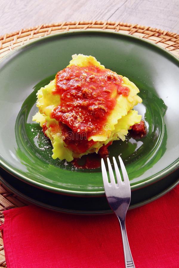 Italiaanse tortelloni met vleessaus stock fotografie