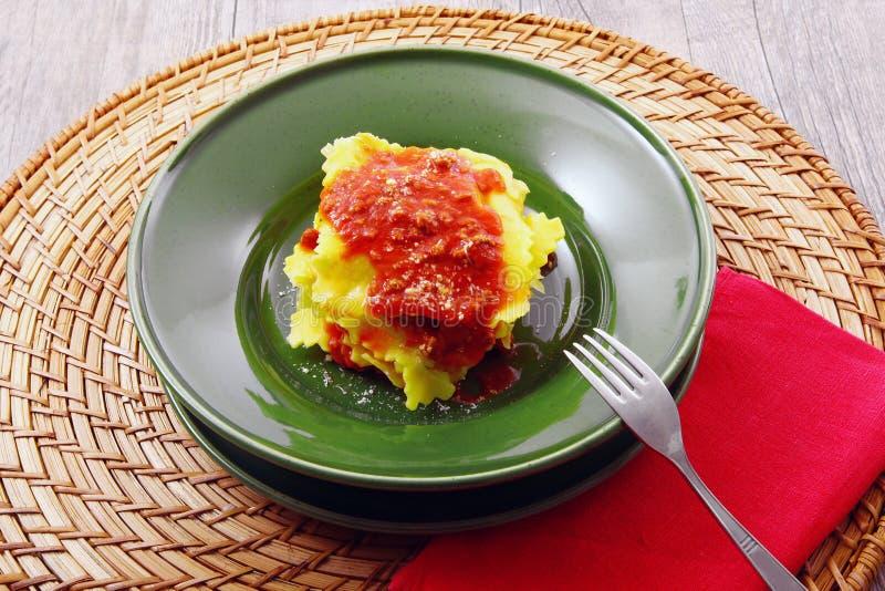 Italiaanse tortelloni met vleessaus stock afbeelding