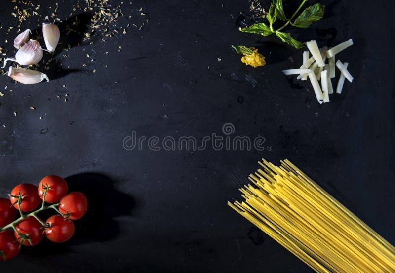 Italiaanse traditionele gunsten op zwarte leien, boven standpunt, voedselfotografie stock afbeelding