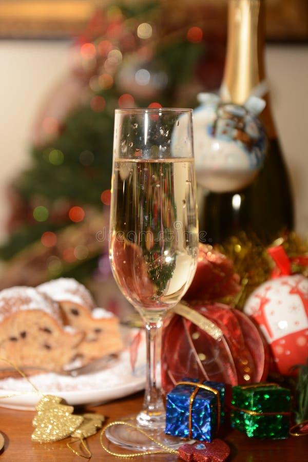 Italiaanse traditionele panettone en Italiaanse spumante voor festiviteitenkerstmis en nieuw gelukkig jaarvoedsel voor partij royalty-vrije stock foto