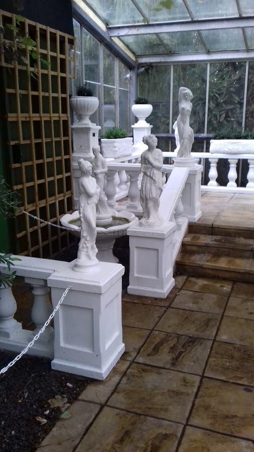 Italiaanse tuin met standbeelden royalty-vrije stock afbeeldingen