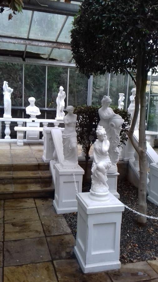 Italiaanse tuin met standbeelden royalty-vrije stock afbeelding