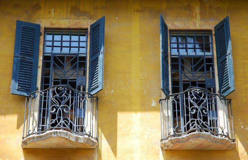 Italiaanse vensters stock fotografie