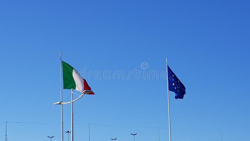 Italiaanse vlag en Europese vlag, de Internationale Luchthaven van Rome Fiumicino Mooie oude vensters in Rome (Itali?) stock afbeelding