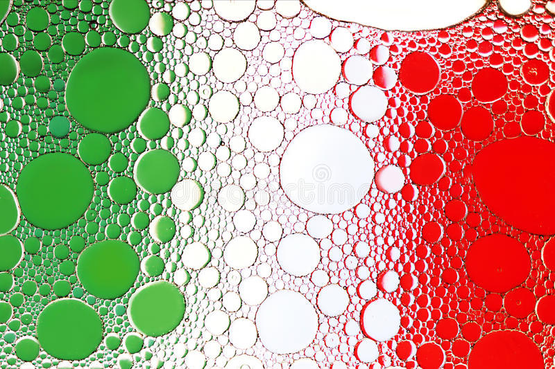 Italiaanse vlag Sluit omhoog van oliedaling op waterspiegel stock foto's