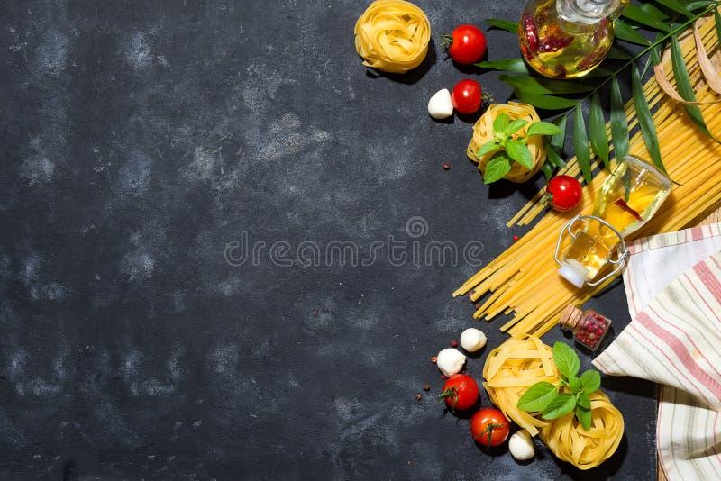 Italiaanse voedsel en ingrediëntenachtergrond met verse groenten, tomaten, olijfolie, orego, knoflook, zout, peper, basilicum stock fotografie