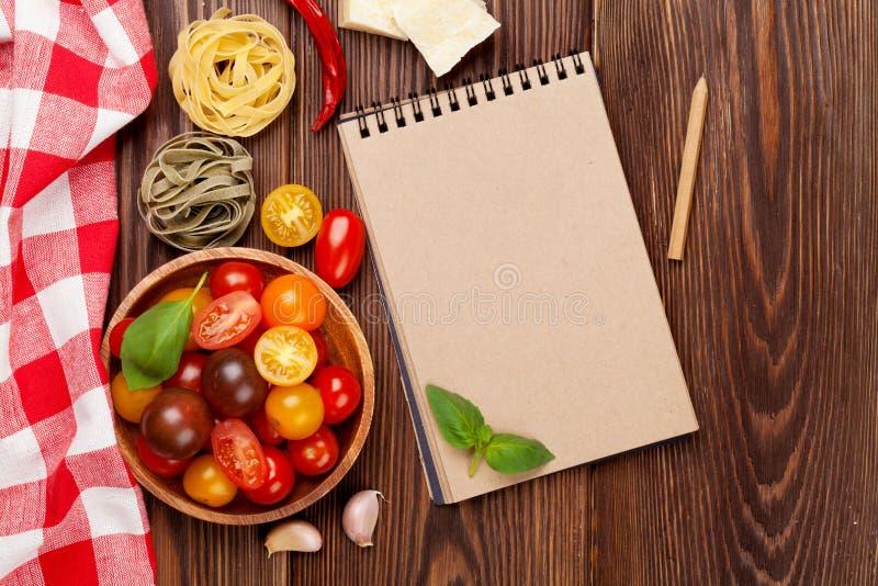 Italiaanse voedsel kokende ingrediënten Deegwaren, groenten, kruiden stock foto's