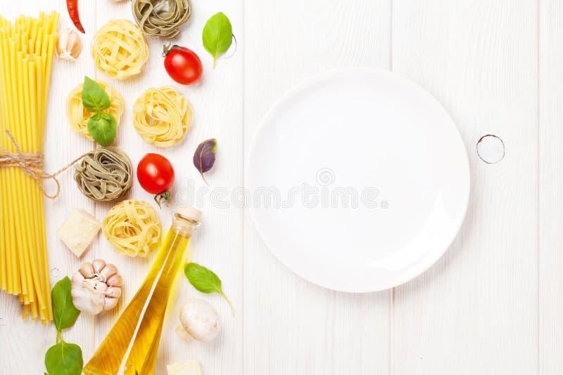 Italiaanse voedsel kokende ingrediënten en lege plaat stock afbeeldingen