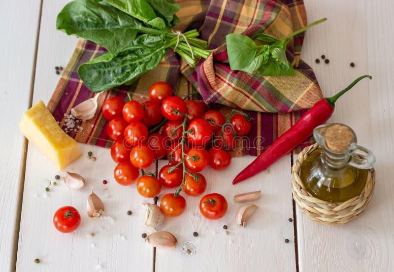 Italiaanse voedselingrediënten op witte houten achtergrond stock afbeeldingen