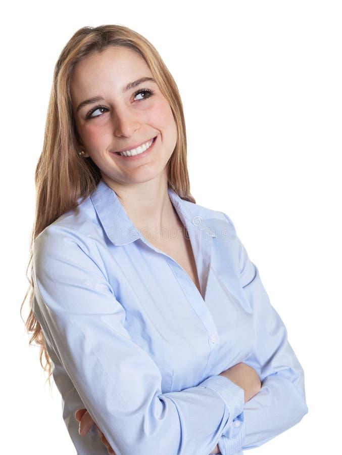 Italiaanse vrouw die met lang blond haar zijdelings kijken stock foto
