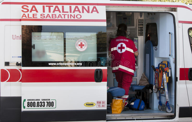 Italiaanse ziekenwagen Rood kruis met verpleegster Zachte nadruk stock afbeelding