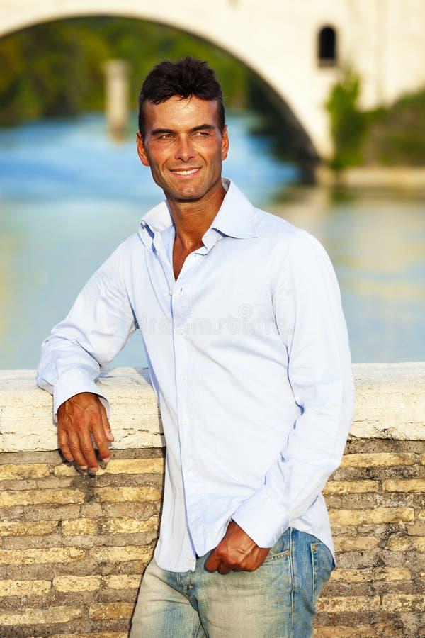 Italiano considerável do homem fora em Roma Itália Rio e ponte de Tibre fotos de stock royalty free