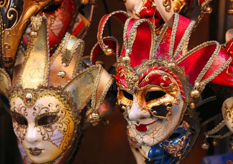 Italiano de Venecia mucho máscara del carnaval para la venta en la tienda imágenes de archivo libres de regalías