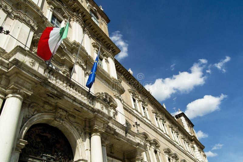 Italiano y banderas de la UE en un balcón de la academia italiana del ejército imágenes de archivo libres de regalías