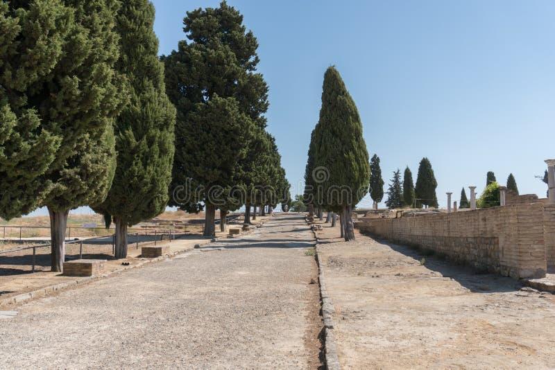 Italica, ruínas e estrada, Espanha de Andalucia fotos de stock royalty free