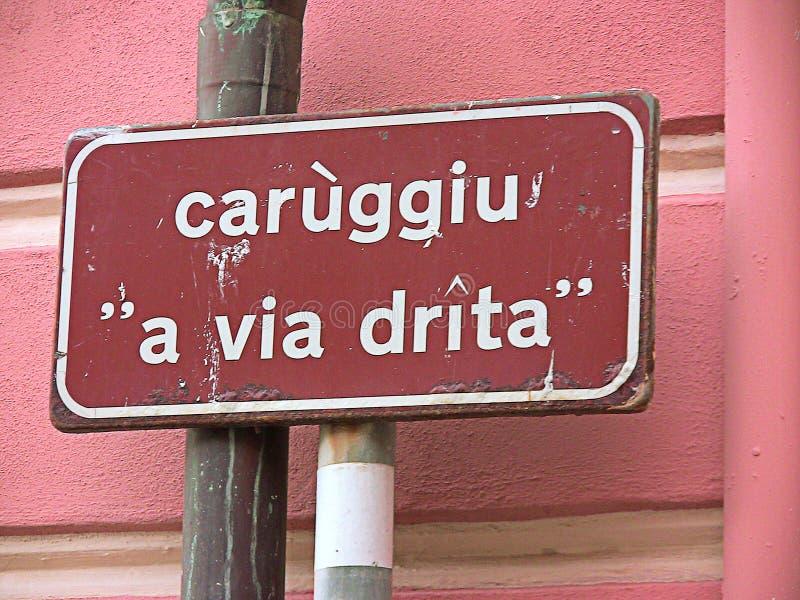 Italien Alassio, ett ställenamn undertecknar in dialekt för Liguria ` s arkivfoto