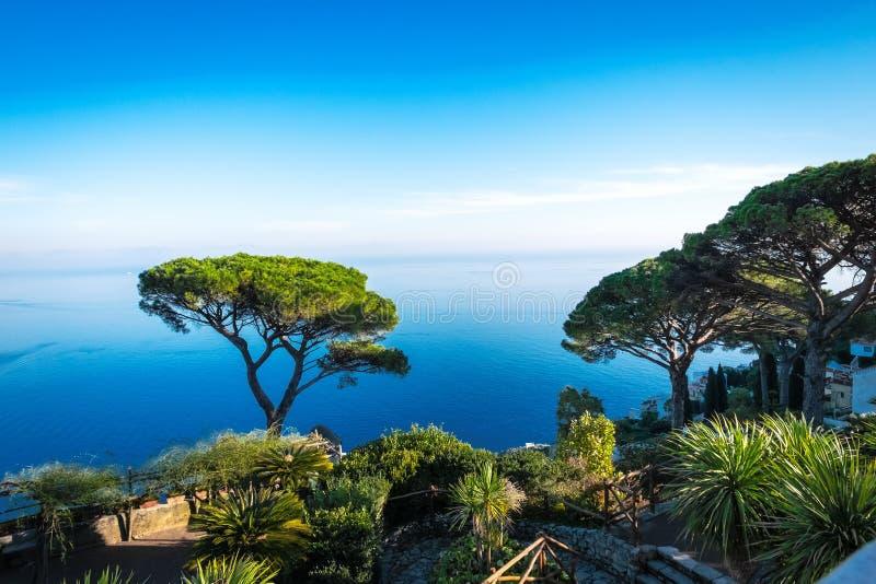 Italien Amalfitana kust, Ravello, sikt på kusten från villan Rufolo arkivfoton