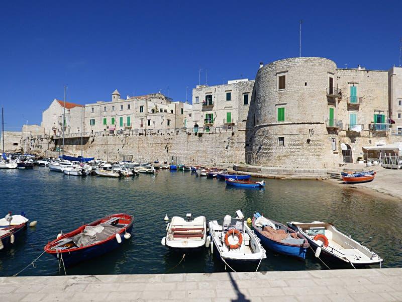 Italien, Apulia, Bari, Giovinazzo hamn och valsen Tamburoen royaltyfri fotografi