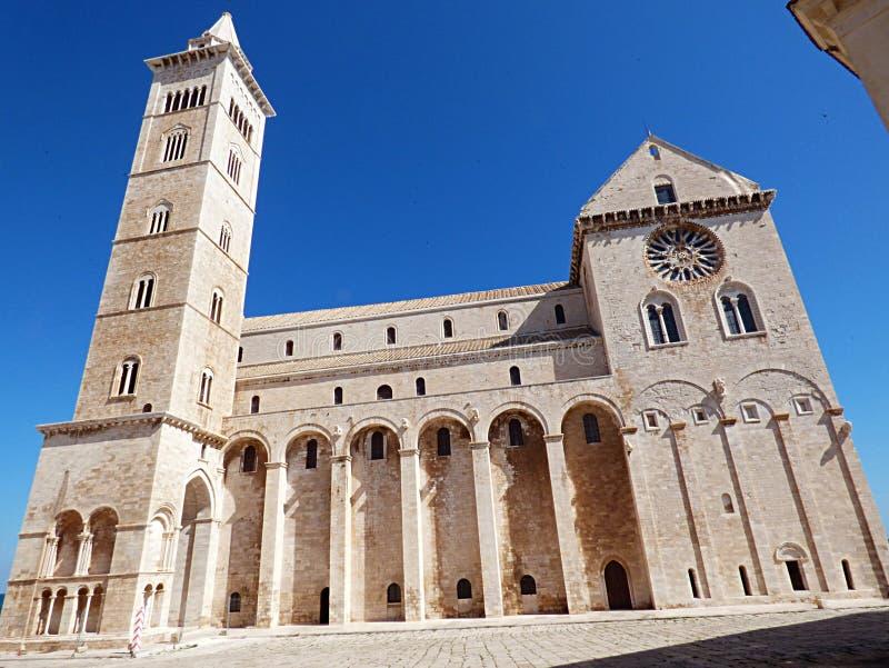 Italien, Apulia, Trani, hamnen och den romanska domkyrkan royaltyfri bild
