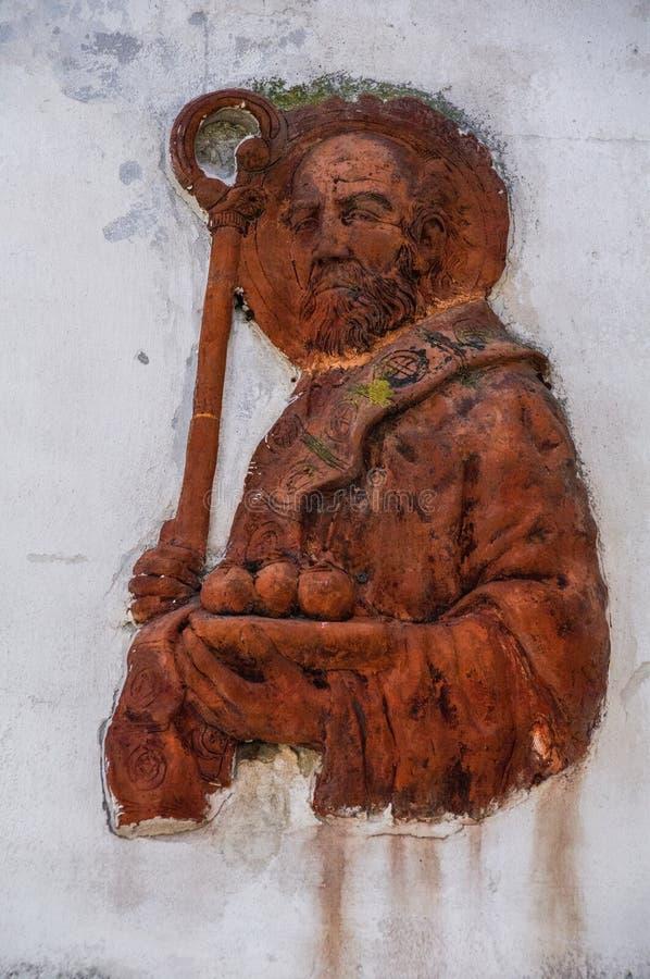 Italien Bari Populäre Hingabe Terrakotta-Skulptur, die St. Nikolaus auf einer alten Stadtmauer darstellt lizenzfreie stockfotografie