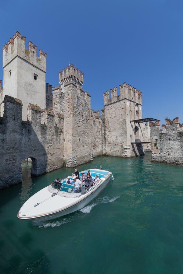 - ITALIEN - Boot Sirmione im April 2018 mit den Touristen, die in Rocca Scagliera in Sirmione überschreiten Garda See - Reiseziel lizenzfreie stockbilder