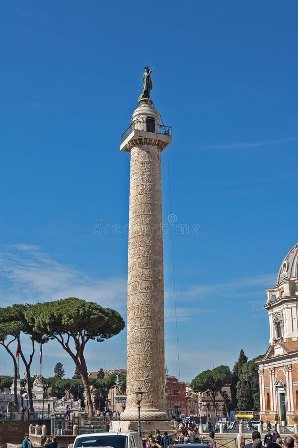 Italien de la colonne de Trajan : Colonna Traiana - colonne triomphale romaine à Rome, Italie, qui commémore l'empereur Trajan  images stock
