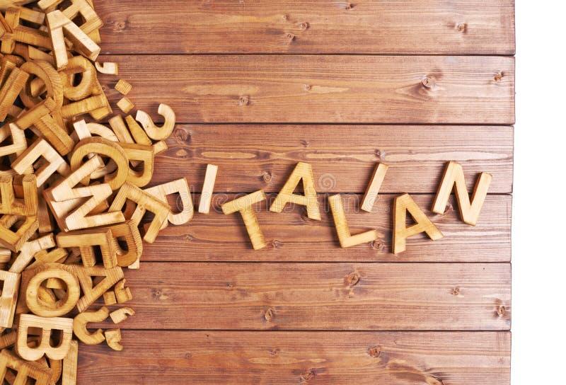 Italien de Word fait avec les lettres en bois photos stock