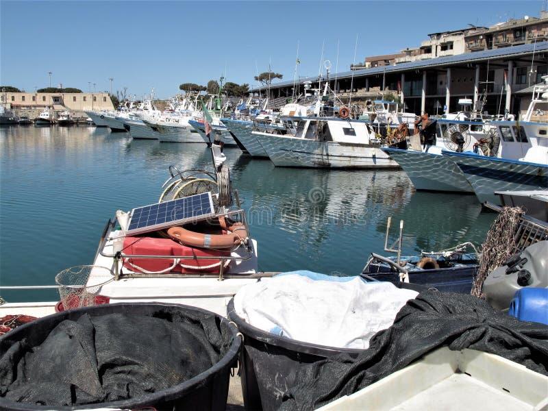 Italien, Fischereihafen von Civitavecchia stockfotografie