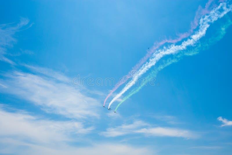 Italien flagga i himmel med flygplan royaltyfria bilder