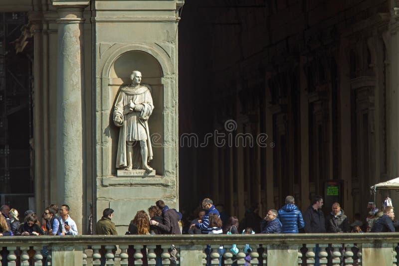 Italien Florence, fasaden av det Uffizi gallerit och turister royaltyfria foton