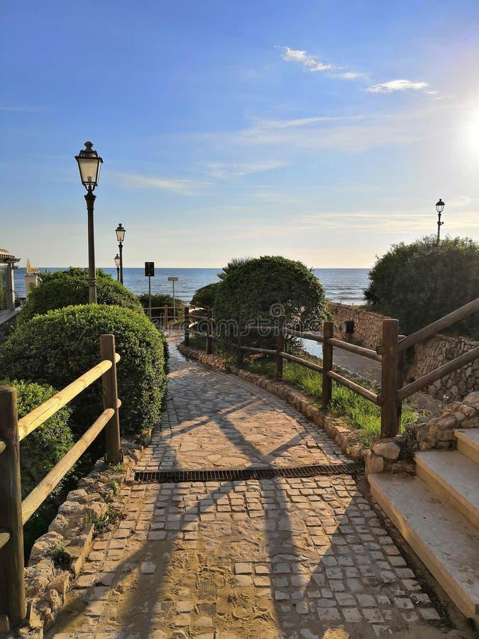Italien hav, sol, moln, himmel, staket, ljus arkivbilder