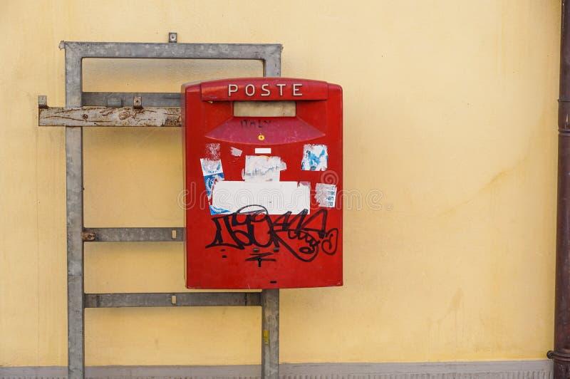 ITALIEN - Januar 32, 2017: Ansicht eines roten Säulenkastens der traditionellen Post außerhalb einer Post Gegründetes im Jahre 15 lizenzfreies stockbild