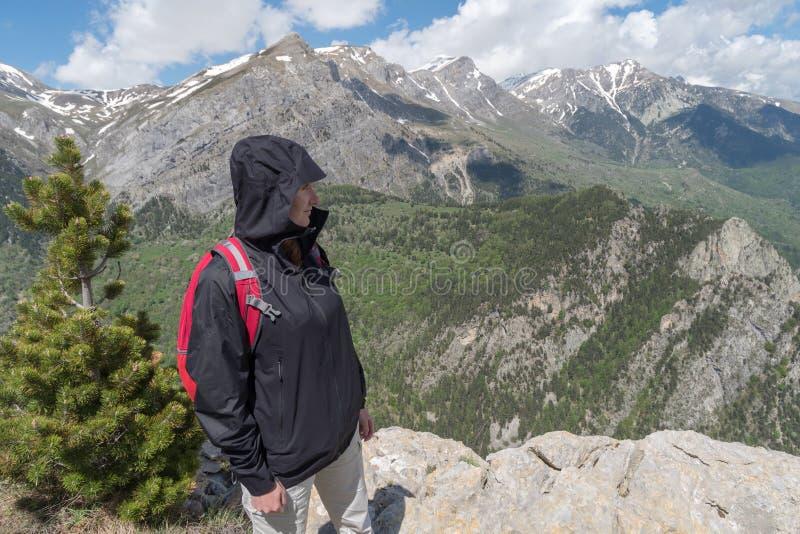 Italien Liguria, ung kvinna som fotvandrar på berget royaltyfri fotografi