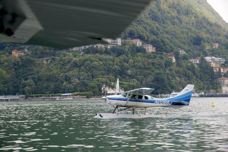 Italien, Lombardiet, Como, 8/23/2018, flygvy över sjön Como och staden fotografering för bildbyråer