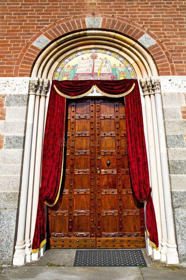 Italien lombardy den stängda gamla kyrkan för legnano royaltyfria bilder