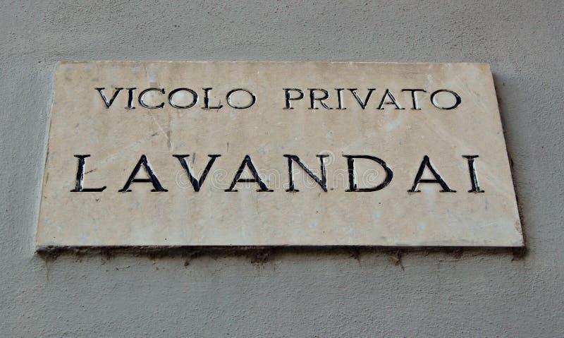 Italien: Privat gränd för vägsignalwasherwomen royaltyfri bild