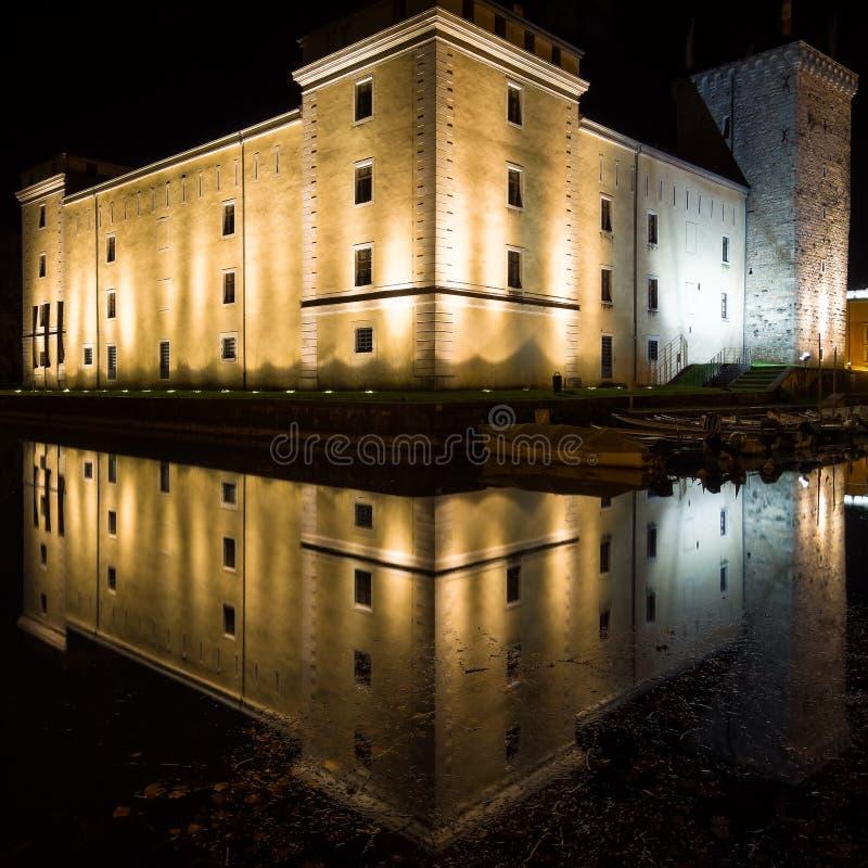 Italien - Riva del Garda vid natt arkivfoton