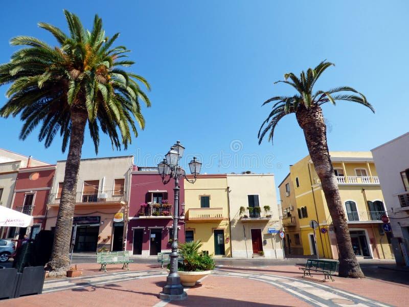 Italien Sardinia, Sant Antioco, det huvudsakliga squareannaitornet arkivbild