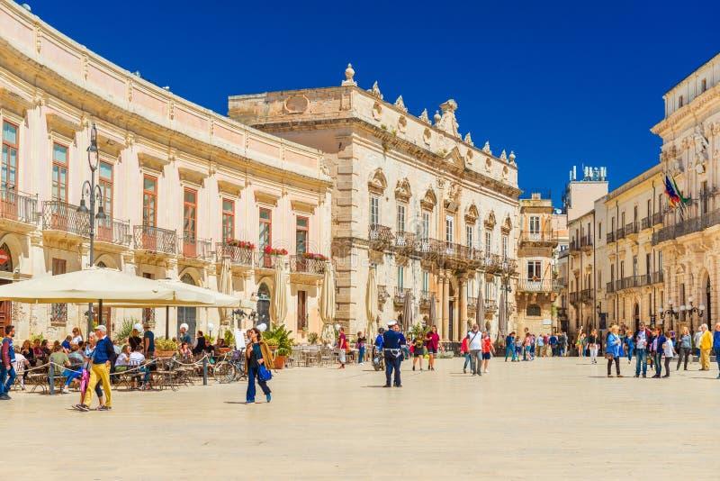Italien: Sikt av den centrala fyrkanten Piazza Duomo i Ortigia, den historiska delen av Syracuse royaltyfri foto