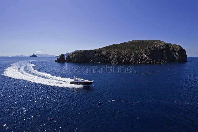 Italien, Sizilien, Luftaufnahme der Luxuxyacht lizenzfreies stockfoto