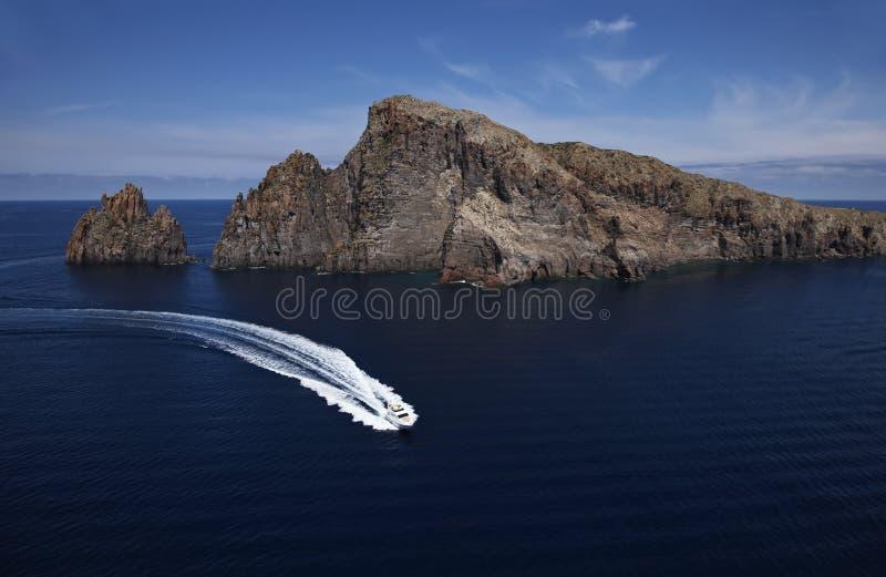 Italien, Sizilien, Panaresa Insel, Luxuxyacht stockfotos
