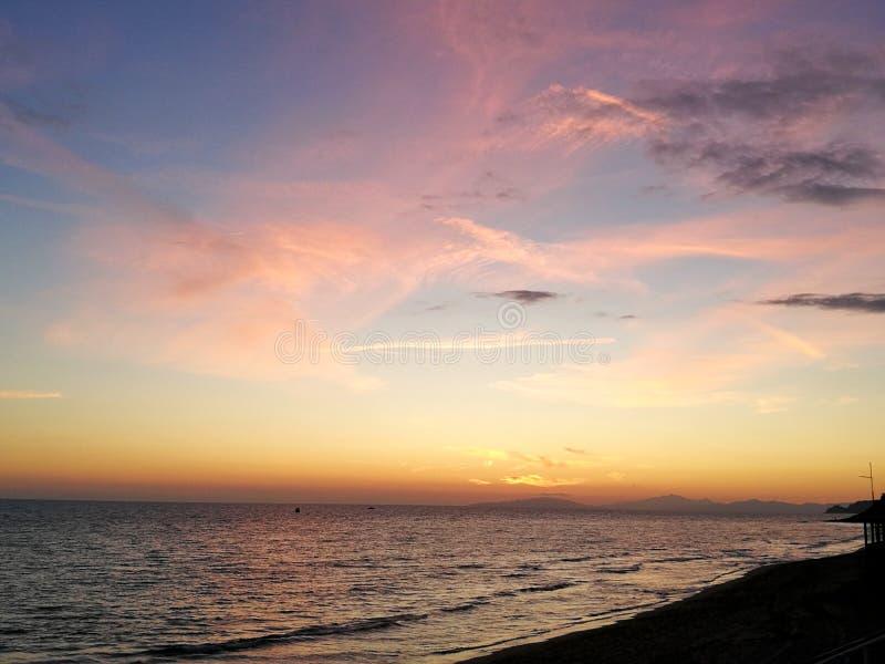 Italien, Toskana Maremma, Grosseto, Castiglione-della Pescaia, Sonnenuntergangfotos auf dem Meer, im Hintergrund die Insel von El lizenzfreies stockfoto